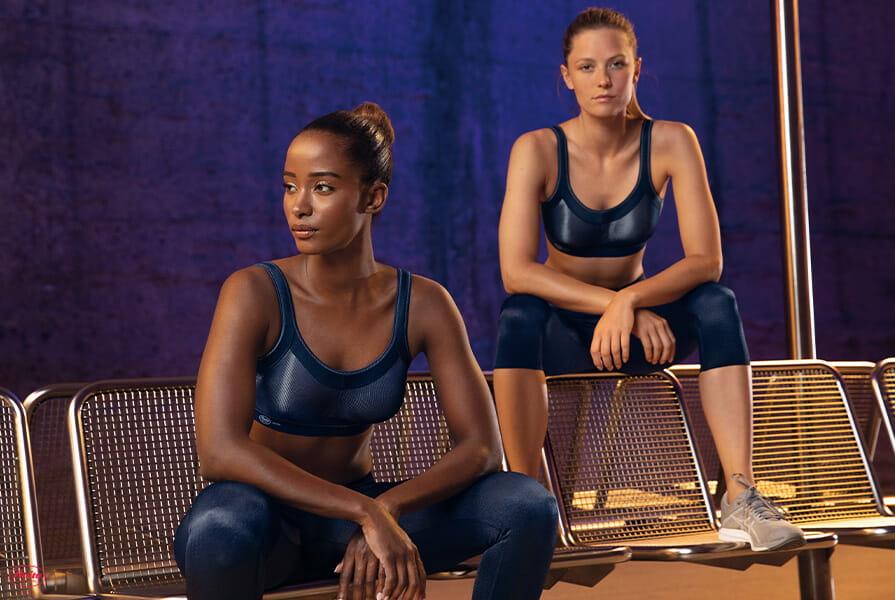 Zwei fitte Frauen in Sport-BHs von Anita Active